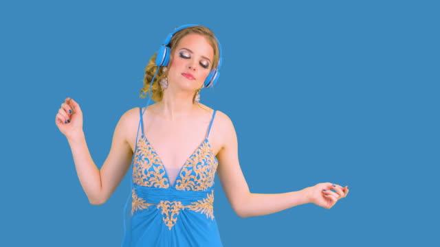 vídeos de stock, filmes e b-roll de mulher com cabeça de telefones - percepção sensorial