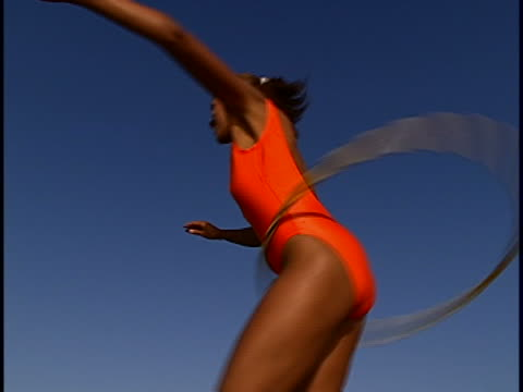 vidéos et rushes de woman with hula hoop - jeune d'esprit