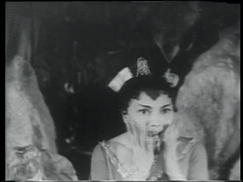 vídeos de stock e filmes b-roll de b/w 1959 woman with jewelry in hair puts hands to face + screams in terror - 1950 1959