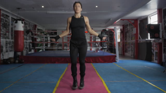 vídeos de stock e filmes b-roll de woman with jump rope - corda de saltar