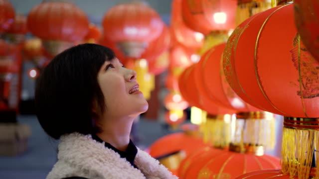 vídeos de stock e filmes b-roll de woman with lanterns for celebrate chinese spring festival - ano novo chinês