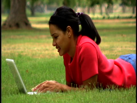 woman with laptop - tre fjärdedels längd bildbanksvideor och videomaterial från bakom kulisserna