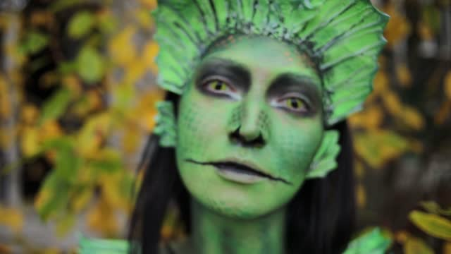 woman with lizard body art - woman lizard - face painting - art of painting on face - masked in lizard ready for masquerade on halloween - lizardfish stock videos & royalty-free footage