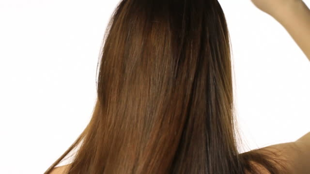 stockvideo's en b-roll-footage met woman with long healthy looking hair - haarborstel