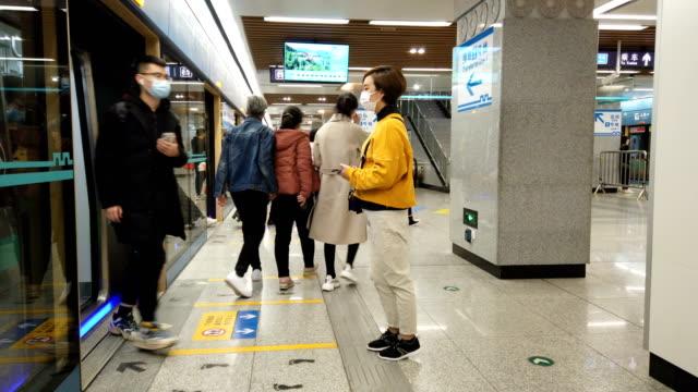 vídeos de stock e filmes b-roll de woman with mask in subway station - síndrome respiratória aguda grave