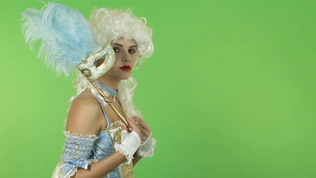 frau mit karnevalsmaske - historische kleidung traditionelle kleidung stock-videos und b-roll-filmmaterial