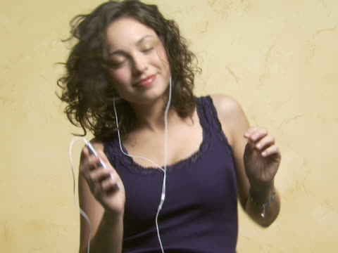 vídeos de stock, filmes e b-roll de woman with mp3 player listening to music and dancing - mp3 player