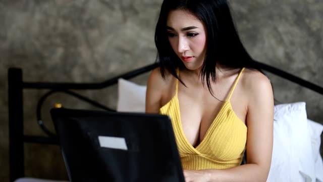 vídeos de stock, filmes e b-roll de mulher com notebook - excesso de trabalho