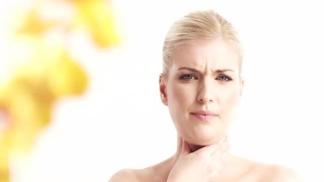 frau mit schmerzen hals - blondes haar stock-videos und b-roll-filmmaterial