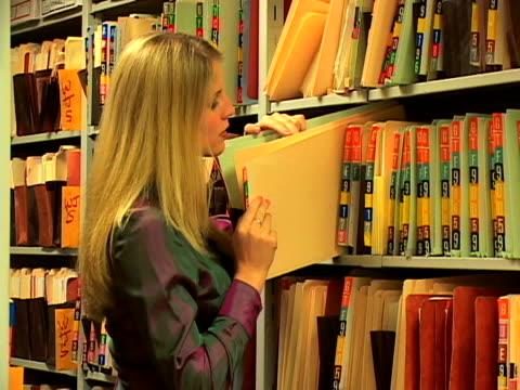 vídeos de stock e filmes b-roll de woman with paperwork - trabalhadora de colarinho branco