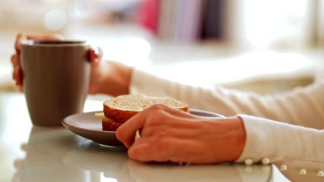 stockvideo's en b-roll-footage met vrouw met lichamelijke beperking met ontbijt - eetkamer