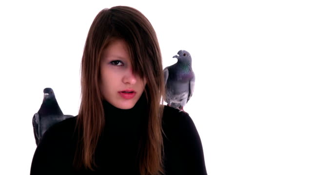 stockvideo's en b-roll-footage met woman with pigeons on the shoulders - coltrui