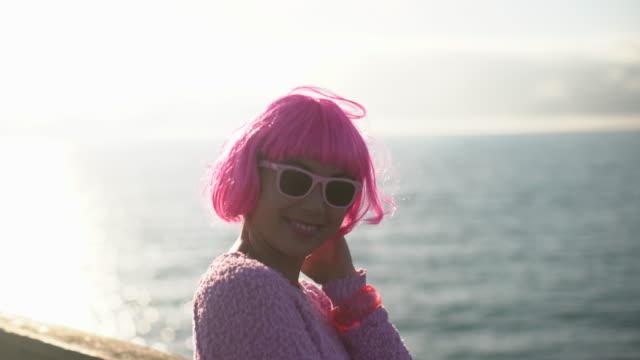 vídeos de stock, filmes e b-roll de cu woman with pink hair laughing and having fun - cabelo curto comprimento de cabelo