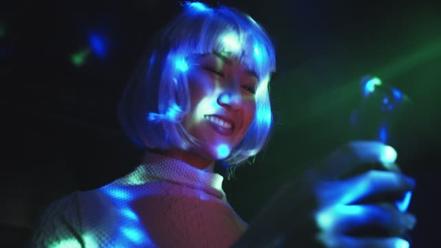stockvideo's en b-roll-footage met cu woman with purple hair in a club at night - hip