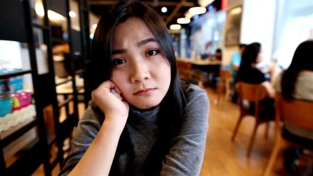 Frau mit Entspannen Sie sich im der Café so traurig
