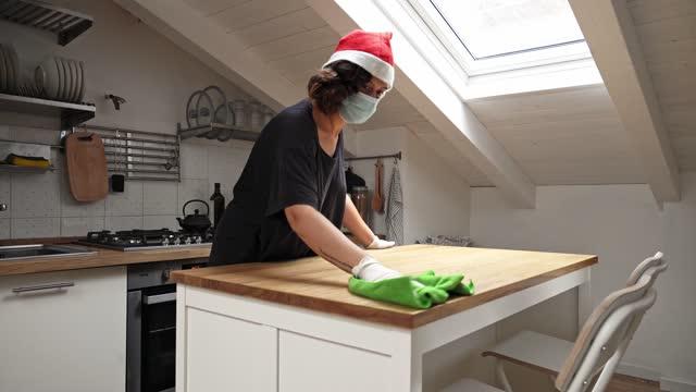vídeos de stock, filmes e b-roll de mulher com chapéu de papai noel fazendo tarefas em casa - chapéu