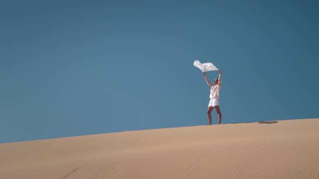 vídeos y material grabado en eventos de stock de mujer con pañuelo en el desierto - pañuelo de cabeza