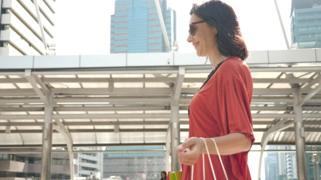 Kvinna med Shopping väska
