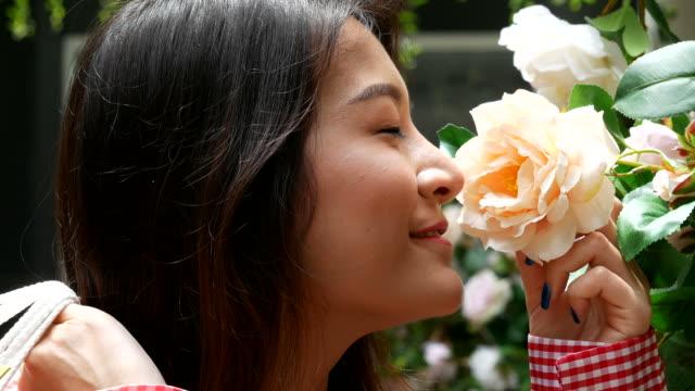 vidéos et rushes de femme avec des sacs à provisions en fleuriste - fleuriste