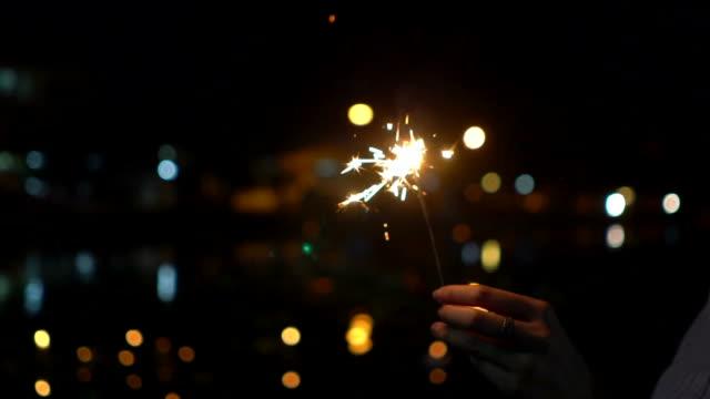 ロイクラトン伝統祭で線香花火を持つ女性 - 部分点の映像素材/bロール
