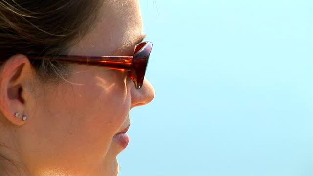 vidéos et rushes de woman with sunglasses - seulement des jeunes femmes