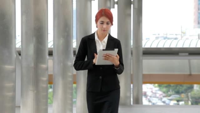 vídeos de stock, filmes e b-roll de mulher com tablet na cidade moderna - vestuário de trabalho formal