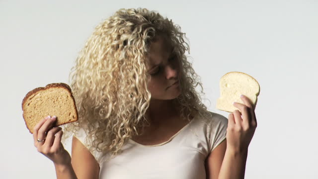 vídeos y material grabado en eventos de stock de woman with white and wheat bread - vea otros clips de este rodaje 1163