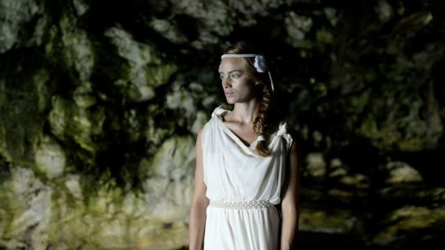 vidéos et rushes de femme avec robe blanche - robe blanche