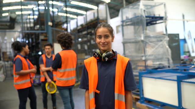 arbeiterin in einem fabriklager - distribution warehouse stock-videos und b-roll-filmmaterial