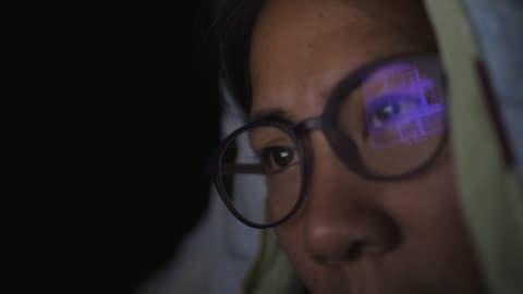 vídeos y material grabado en eventos de stock de mujer trabajando en su dormitorio - deporte de riesgo