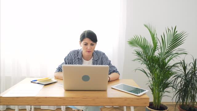 vídeos y material grabado en eventos de stock de mujer que trabaja en su oficina en casa. - organizador electrónico