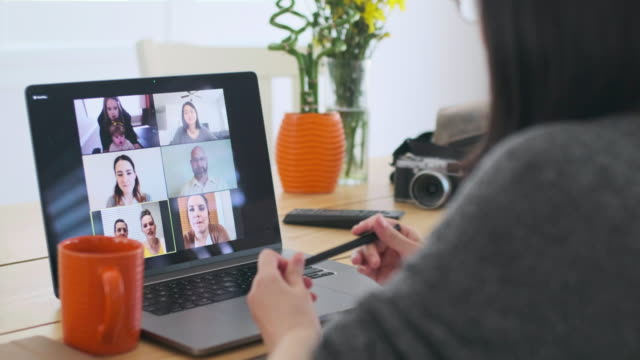 vídeos de stock e filmes b-roll de woman working at home on a web chat meeting - vídeo