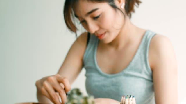 diy: 女性の在宅勤務 - 若い女性だけ点の映像素材/bロール