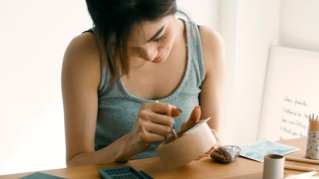 自宅で仕事女性 - 若い女性だけ点の映像素材/bロール