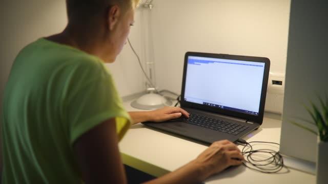 stockvideo's en b-roll-footage met vrouw werkt thuis met laptop - flexplekken