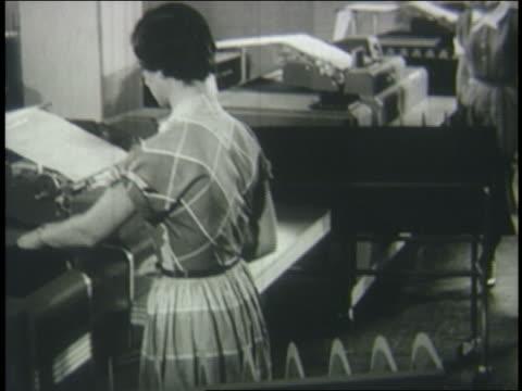vídeos y material grabado en eventos de stock de b/w 1950 woman working at old computer - laboratorio de ordenadores