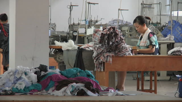 vidéos et rushes de ws woman working at sewing machine in clothing factory / ningbo, zhejiang, china - usine textile