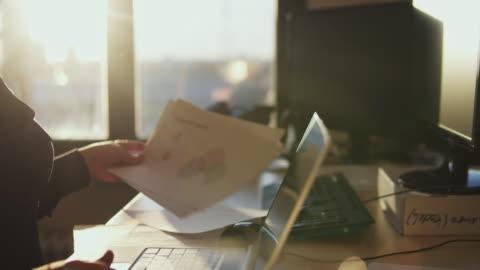 vídeos y material grabado en eventos de stock de woman working at the end of the day. - en búsqueda