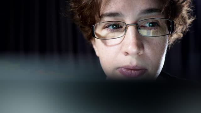 stockvideo's en b-roll-footage met vrouw werkt op de laptop - leesbril