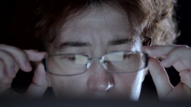 vídeos de stock e filmes b-roll de woman working at the laptop - remover
