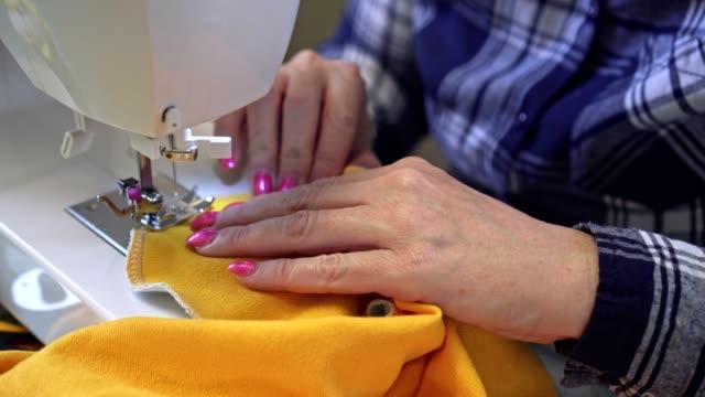 vídeos de stock, filmes e b-roll de mulher que trabalha na máquina de costura - camisas