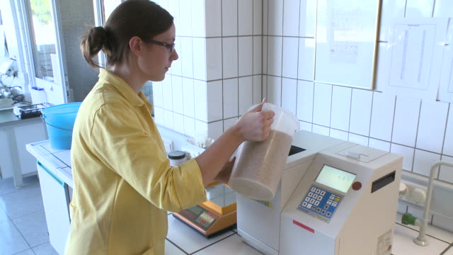 vídeos de stock, filmes e b-roll de ms woman working at warsteiner ag laboratory / warstein, north rhine westphalia, germany - controlo de qualidade