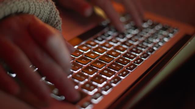 vídeos de stock, filmes e b-roll de uma mulher trabalhando em casa à noite - teclado de computador