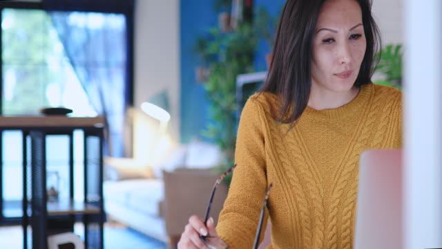 vídeos y material grabado en eventos de stock de mujer que trabaja desde la oficina en casa - adulto de mediana edad