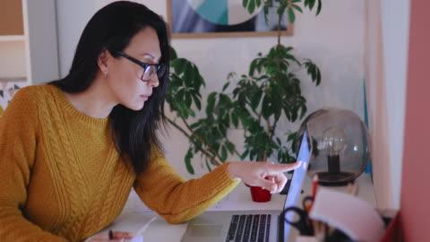 vidéos et rushes de femme travaillant du bureau à la maison - âge humain