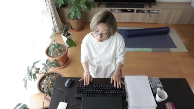 vídeos y material grabado en eventos de stock de a woman working from the home. - exclusivamente japonés