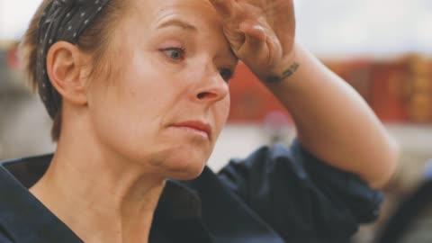 vídeos y material grabado en eventos de stock de mujer trabajando en un taller de reparaciones - típico de la clase trabajadora