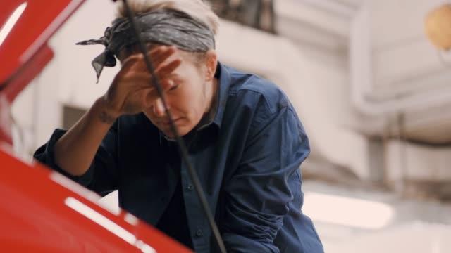 vídeos y material grabado en eventos de stock de mujer trabajando en un taller de reparación de automóviles - taller de trabajo