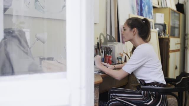 vídeos y material grabado en eventos de stock de woman working in artist studio. - taller