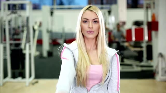 vidéos et rushes de femme travaillant dans une salle de sport - poids pour la musculation